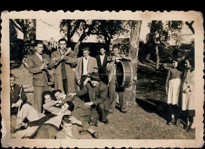 Mocidade de Mosende acompañando a unha murga na romaría de San Xián no Monte Aloia. / Autor descoñecido [1940-1955 (?)] / PROCEDENCIA: Recollida Mosende. Album familiar de Cándida Barros González