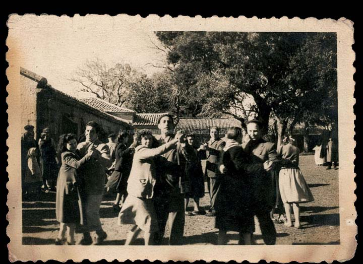 Veciños de Mosende bailando nunha romaría. / Autor descoñecido [1945-1960 (?)] / PROCEDENCIA: Recollida Mosende. Album familiar de Cándida Barros González