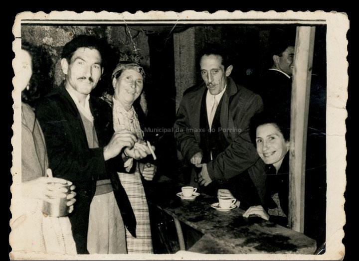 Posto de café na festa de San Diego de Mosende. / Foto Ramiro [1940-1950 (?)] / PROCEDENCIA: Recollida Mosende. Album familiar de Cándida Barros González
