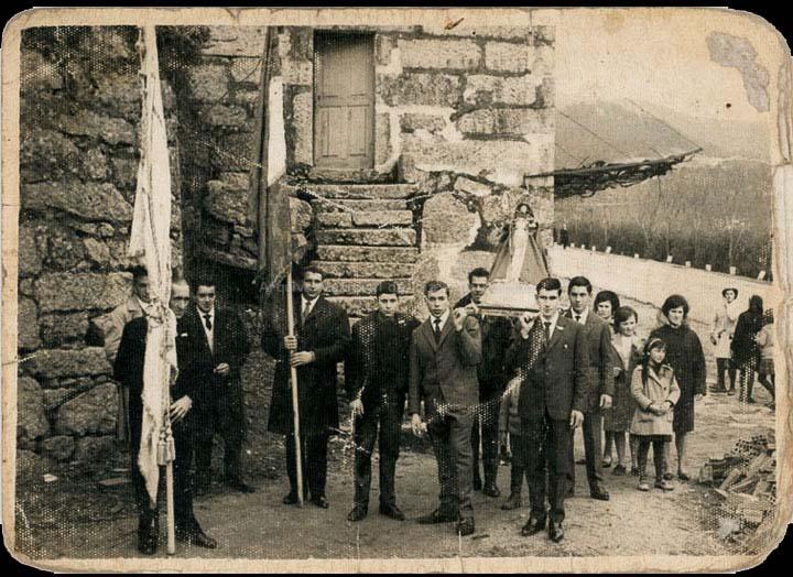 Procesión de Santo Estevo de Cans. Mozos levando a Santa Lucía. / Foto Ramiro [1962-1964] / PROCEDENCIA: Recollida Cans. Album familiar de Carmen Saavedra Fernández