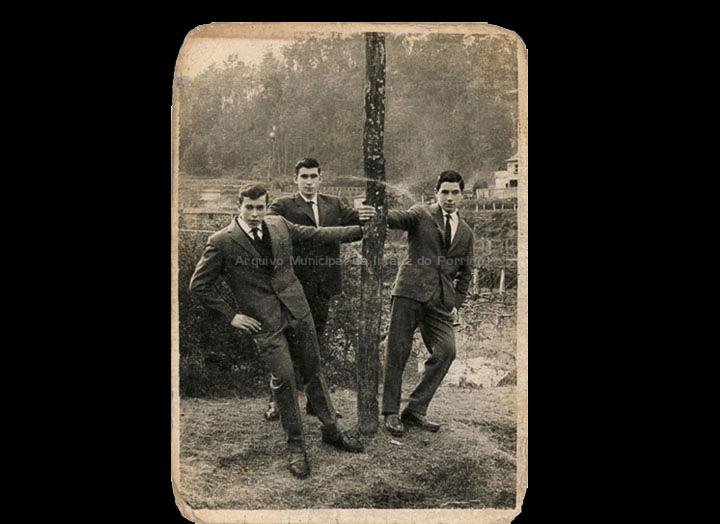 Mozos de Cans o día de Santo Estevo. / Foto Ramiro [Ca. 1965] / PROCEDENCIA: Recollida Cans. Album familiar de Carmen Saavedra Fernández