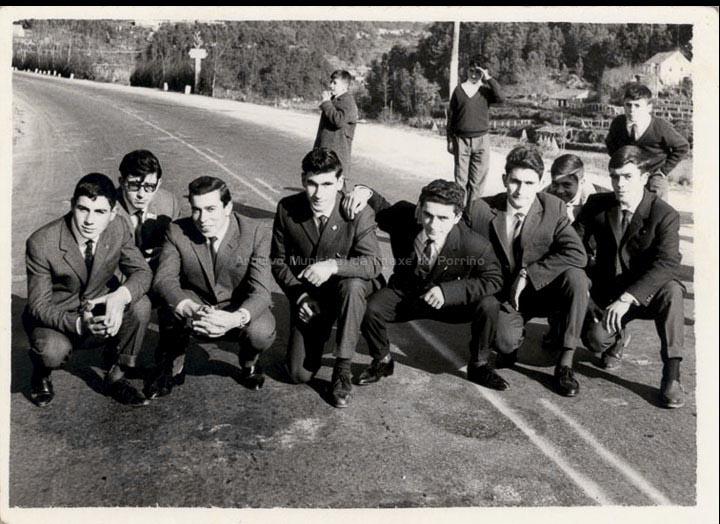 Mozos de Cans na estrada N-120 un día de festa. / Foto Ramiro [Ca. 1963] / PROCEDENCIA: Recollida Cans. Album familiar de Carmen Saavedra Fernández e Mª Carmen Maceira