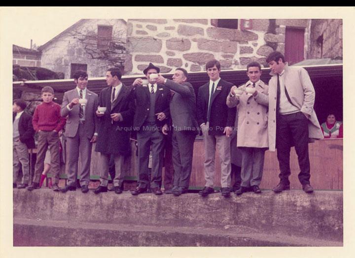 """Homes tomando a chiquita no torreiro de Cans un día de Santo Estevo. / Autor Descoñecido [1965-1970 (?)] / PROCEDENCIA: Recollida Cans. Album familiar de Carmen Pérez """"Mela do Souto"""""""