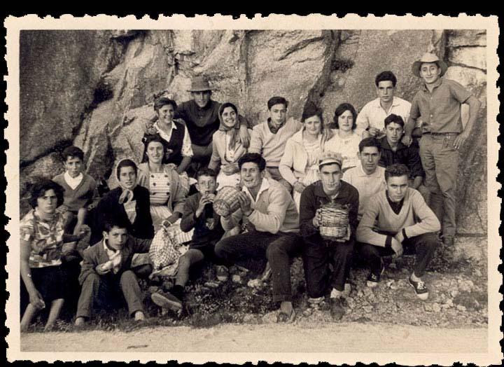 """Veciñas e veciños de Cans na romaría de San Cibrán. / Foto Balbino (Salceda de Caselas) [1960-1970] / PROCEDENCIA: Recollida Cans. Album familiar de Carmen Pérez """"Mela do Souto"""