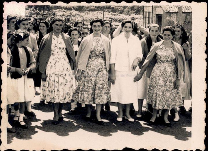 Amigas na festa do Carme en Cans. / Foto Ramiro [1957] / PROCEDENCIA: Recollida Cans. Album familiar de Carmen Fortes Casalmorto