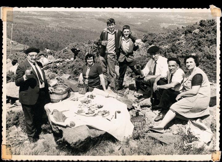 Xantar na romaría do Castro. / Foto Balbino Ramírez (Salceda de Caselas) [1960-1970] / PROCEDENCIA: Recollida Mosende. Album familiar de Vicente Iglesias González