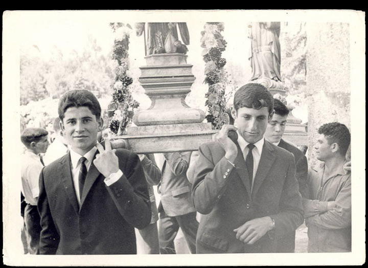 José Novás e Manuel Giráldez na procesión da Guía en Atios. / Autor descoñecido [Ca. 1965] / PROCEDENCIA: Recollida Atios. Album familiar de Manuel Giráldez Mouriño