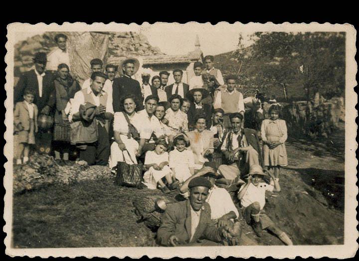 Veciños de Chenlo na romaría de San Xián no monte Aloia. / Autor descoñecido [1940-1955 (?)] / PROCEDENCIA: Recollida Chenlo. Album familiar de Benigna Grova Peña
