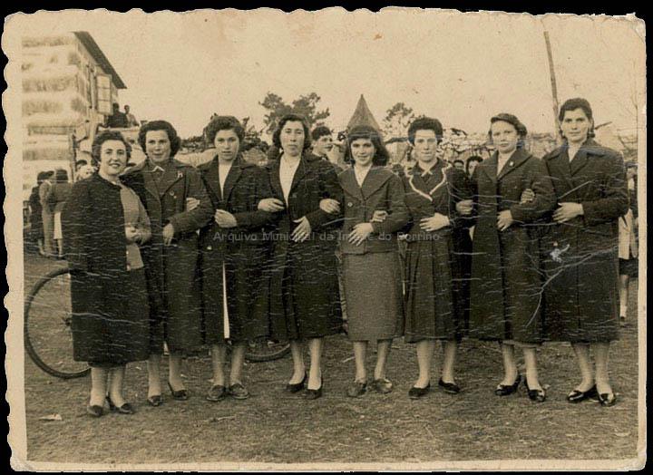 Mozas da Cruz en San Brais de Budiño. / Autor descoñecido [1945-1955] / PROCEDENCIA: Recollida Budiño. Album familiar de Isabel Romero Domínguez