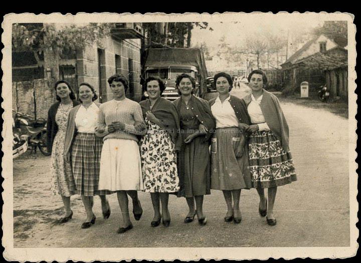 Mozas do barrio da Cruz na festa de Sta. Bárbara en San Xurxo, Salceda. / Foto Balbino Ramírez [1957-1958] / PROCEDENCIA: Recollida Budiño. Album familiar de Isabel Romero Domínguez