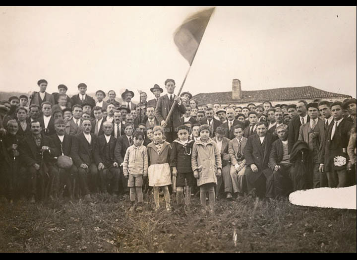 Manifestación Popular. Probablemente de membros das Sociedades Agrarias. / José Moreira [Anterior a 1936] / PROCEDENCIA: Arquivo Moreira