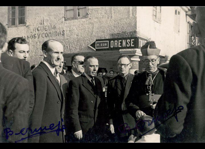 "Visita ao Porriño do Bispo da Diócesis de Tui, sr. José López Ortiz, con motivo da ""Santa Misión de Apostolado"". / Agustín Bermejo [1953 – 1958 (?)] / PROCEDENCIA: Arquivo Bermejo"