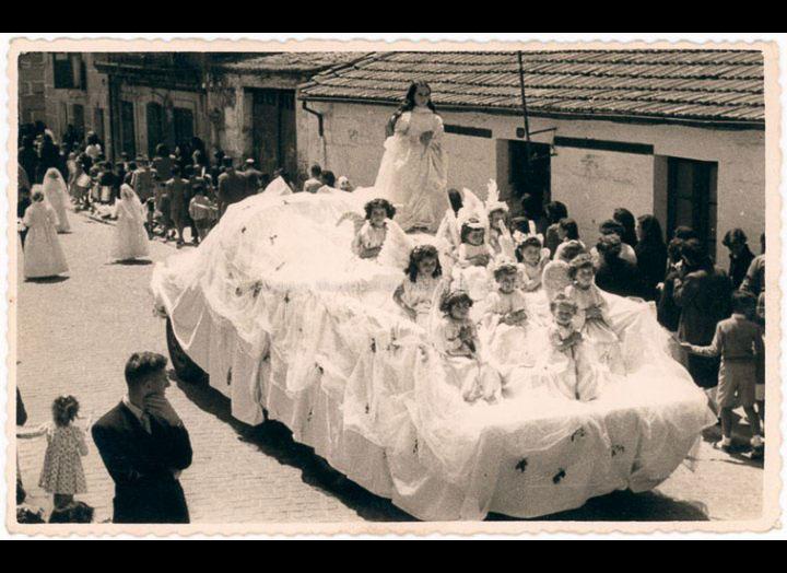 """Carroza nunha procesión con motivo da """"Santa Misión de Apostolado"""". / Foto Ramiro [1945 – 1960 (?)] / PROCEDENCIA: Recollida O Porriño. Album familiar de Fátima Pereira Pérez"""