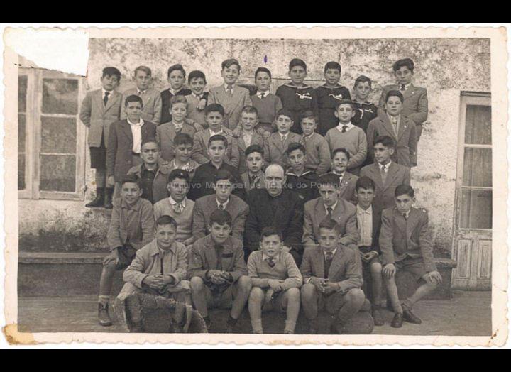 """Nenos do Porriño nuns """"Ejercicios Espirituales"""" en Tui. / Fotografía Rovila (Tui) [1950 – 1955 (?)] / PROCEDENCIA: Recollida O Porriño. Album familiar de Mª Carmen Iglesias Pereiro"""