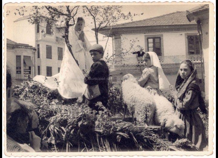 Carroza alegórica da aparición da Virxe de Fátima durante a visita da Santa Misión. / Foto Ramiro [1953 – 1958 (?)] / PROCEDENCIA: Recollida O Porriño. Album familiar de Josefa Sío Casales