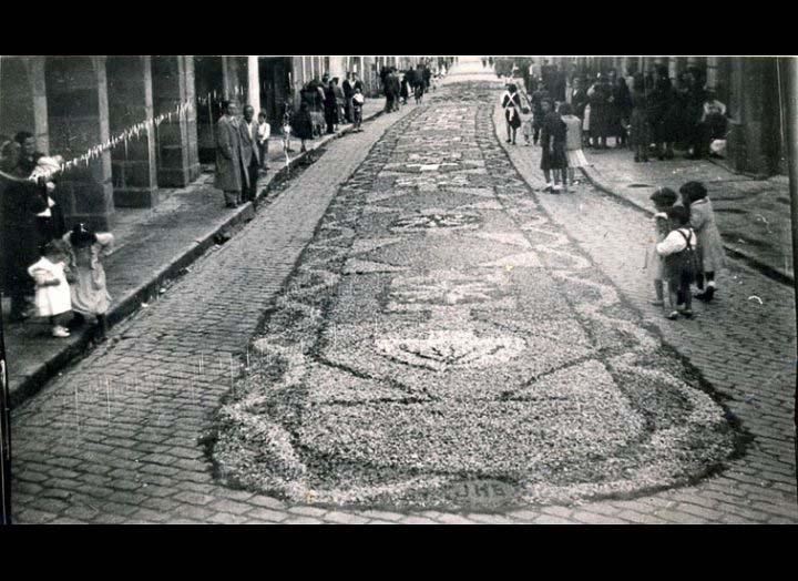 Alfombras florais na rúa Ramón González o día de Corpus Christi./ Autor descoñecido [1945-1955 (?)] / PROCEDENCIA: Recollida O Porriño. Album familiar de Josefa Sío Casales