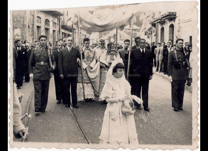 Procesión de Corpus Christi. / Foto Ramiro [Ca. 1954] / PROCEDENCIA: Recollida O Porriño. Album familiar de Carmen Pexegueiro e Jesús Fdez. Castro