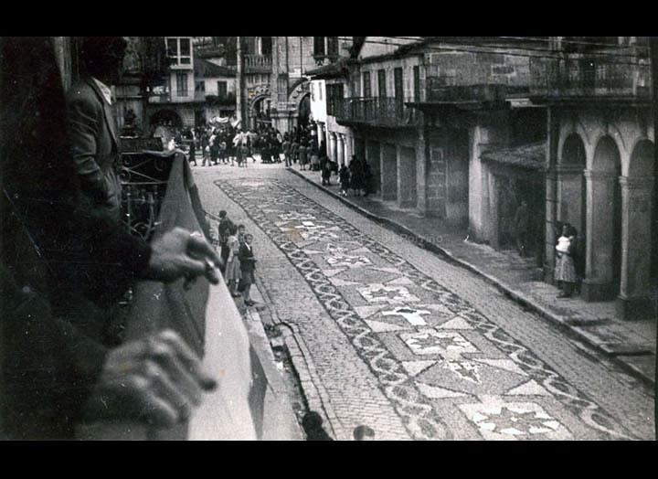 Alfombras florais na rúa Ramón González o día de Corpus Christi. / Autor descoñecido [1945-1955 (?)] / PROCEDENCIA: Recollida O Porriño. Album familiar de Josefa Sío Casales