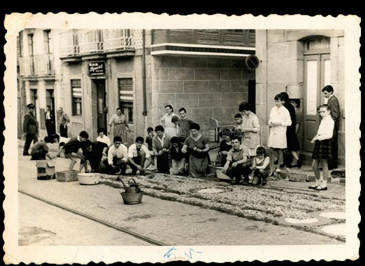 Alfombras florais na rúa Antonio Palacios o día de Corpus Christi. / Foto Magno [1965] / PROCEDENCIA: Recollida O Porriño. Album familiar de Rita Iglesias Miniño