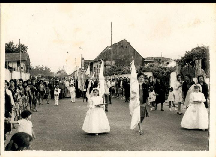 Procesión de Corpus Christi na rúa Domingo Bueno. / Foto Ramiro [24/06/1962] / PROCEDENCIA: Recollida O Porriño. Album familiar de Josefa Leirós Rodríguez