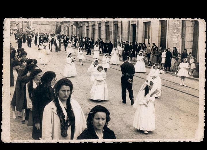 Procesión de Corpus Christi baixando a rúa Antonio Palacios. / Foto Ramiro [Ca. 1958] / PROCEDENCIA: Recollida O Porriño. Album familiar de Fátima Pereira Pérez