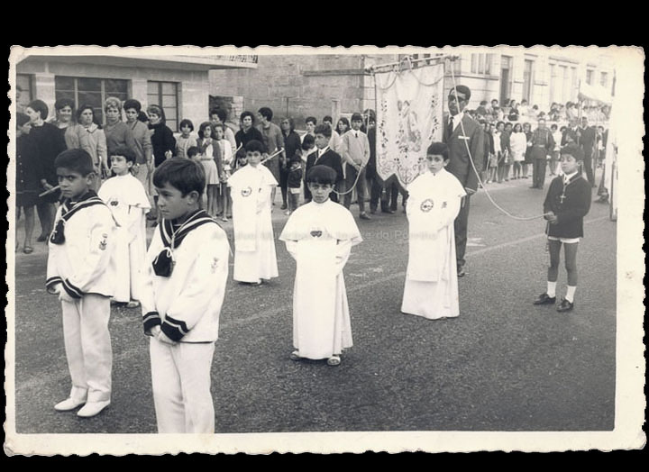 Nenos vestidos de Comuñón na procesión de Corpus. / Foto Ramiro [1968-1969] / PROCEDENCIA: Recollida O Porriño. Album familiar de Ramona Iglesias Miniño