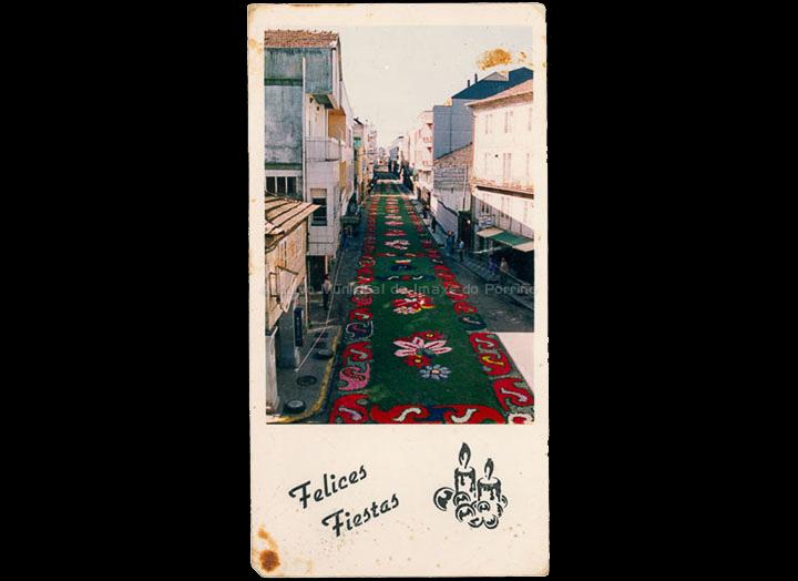 Alfombras florais de Corpus Christi na rúa Ramón González o a no no que se recuperou a tradición despois de décadas sen facer alfombras. / Autor descoñecido [1993] / PROCEDENCIA: Recollida O Porriño. Album familiar de Ramona Iglesias Miniño