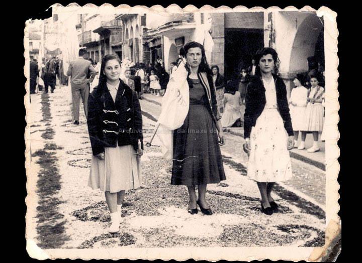 Mozas de Acción Católica na procesión de Corpus. / Foto Ramiro [1956-1960 (?)] / PROCEDENCIA: Recollida O Porriño. Album familiar de Josefa Sío Casales