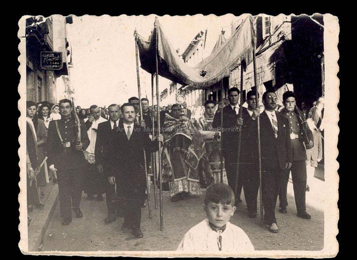 Procesión de Corpus Christi baixando a rúa Antonio Palacios. / Foto Ramiro [03/06/1956] / PROCEDENCIA: Recollida O Porriño. Album familiar de Josefa Sío Casales