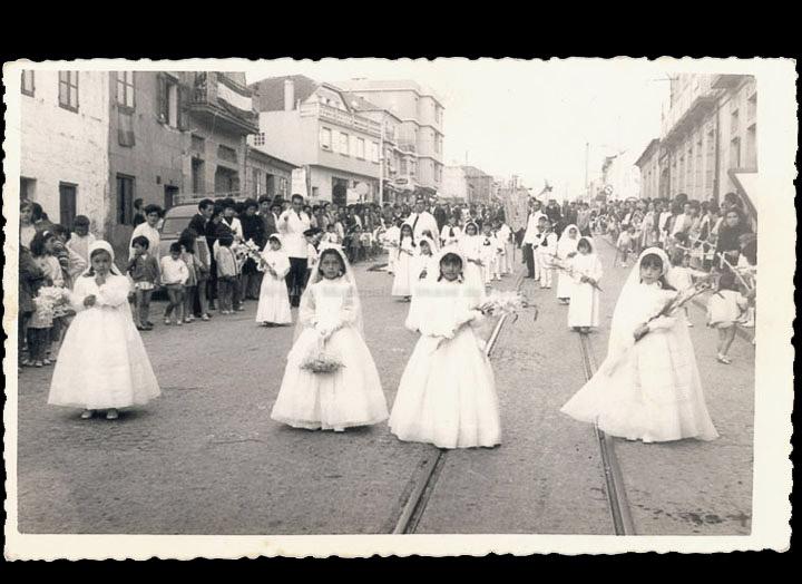 Nenas vestidas de Primeira Comuñón na procesión de Corpus. / Foto Ramiro [1968] / PROCEDENCIA: Recollida O Porriño. Album familiar de Rita Martínez Fernández