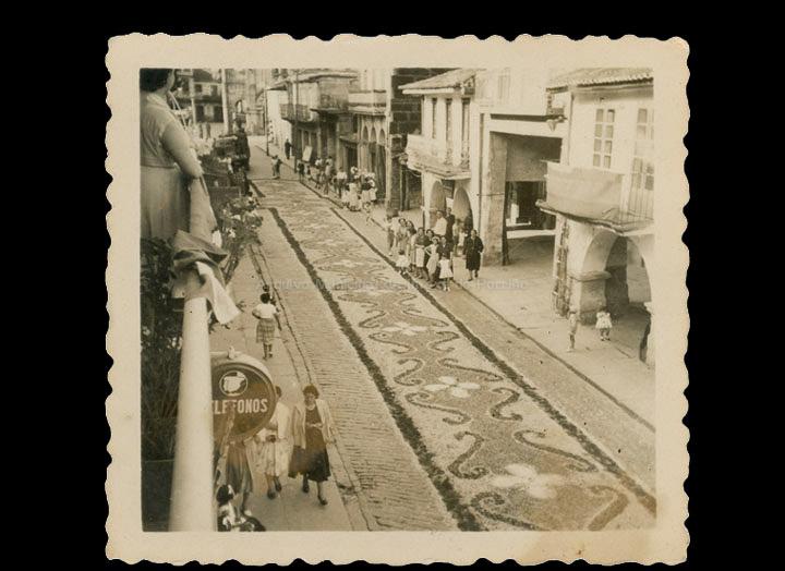 Alfombras florais de Corpus Christi na rúa Ramón González. / Autor descoñecido [1950-1960 (?)] / PROCEDENCIA: Recollida O Porriño. Album familiar de Pilar Losada Torres