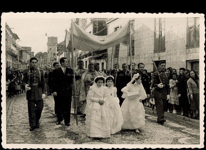 Procesión de Corpus Christi na rúa Manuel Rodríguez. / Agustín Bermejo- Foto Company [1950-1951] / PROCEDENCIA: Recollida O Porriño. Album familiar de Pilar Losada Torres