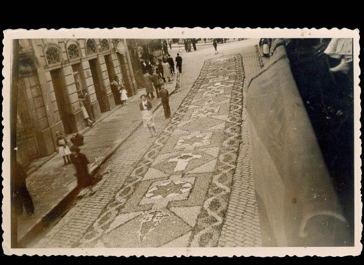 Alfom bras florais de Corpus Christi na rúa Ramón González./ Autor descoñecido [1940-1950 (?)] / PROCEDENCIA: Recollida O Porriño. Album familiar de Pilar Losada Torres