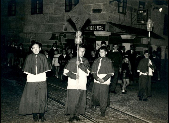 Monaguillos nunha procesión da Semana Santa. / Foto Ramiro [1960-1965] / PROCEDENCIA: Recollida O Porriño. Album familiar de Mª Rita Iglesias Miniño