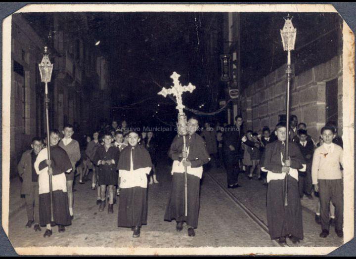 Procesión na Semana Santa. / Autor descoñecido [1955 – 1960 (?)] / PROCEDENCIA: Recollida O Porriño. Album familiar de Carmen Pexegueiro e Jesús Fdez. Castro