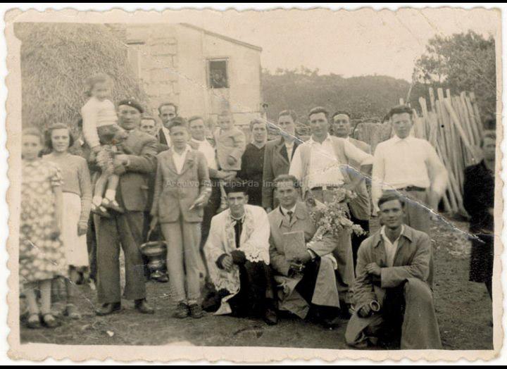 Comitiva que pola Pascua acompañaba ao cura na visita coa Cruz a casa dos veciños. / Autor descoñecido [Ca. 1950] / PROCEDENCIA: Recollida Budiño. Album familiar de María Martínez Lago