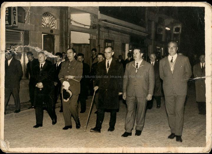 Procesión de Semana Santa coa presencia do alcalde Porfirio González Gradín. / Autor descoñecido [1955-1965 (?)] / PROCEDENCIA: Recollida Cans. Album familiar de Consuelo Casalmorto