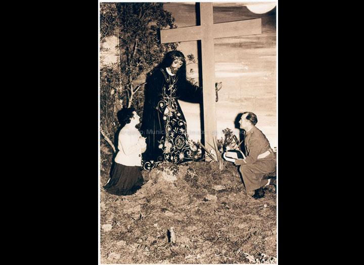 Representación alegórica do Calvario na capela de San Bieito. / Autor descoñecido [1950-1960 (?)] / PROCEDENCIA: Recollida O Porriño. Album familiar de Ramona Iglesias Miniño