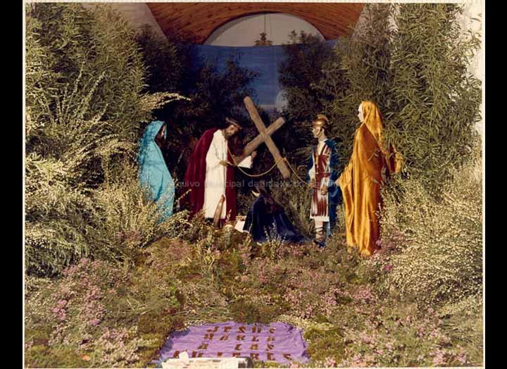 Representación alegórica do Calvario na capela de San Bieito. / Autor descoñecido [1982] / PROCEDENCIA: Recollida O Porriño. Album familiar de Ramona Iglesias Miniño