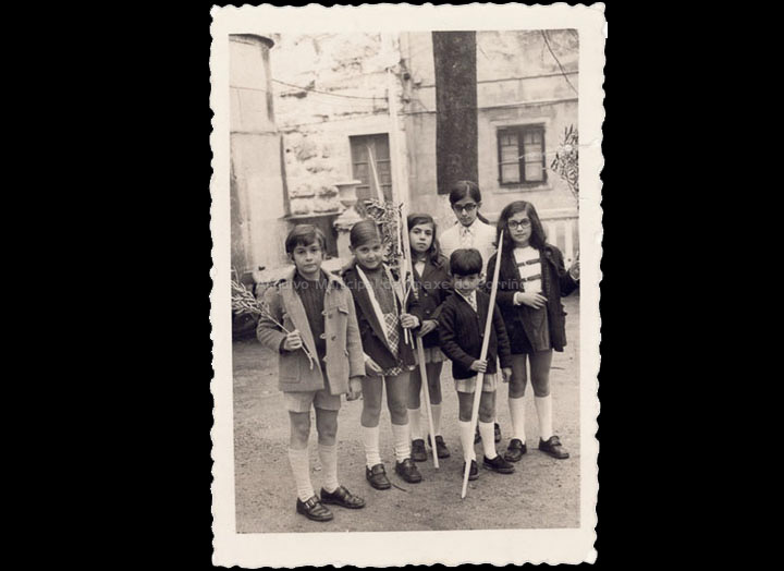 Domingo de Ramos. Nenos con palmas e ramas de olivo. / Foto Magno [1970] / PROCEDENCIA: Recollida O Porriño. Album familiar de Antonio Paz Valverde