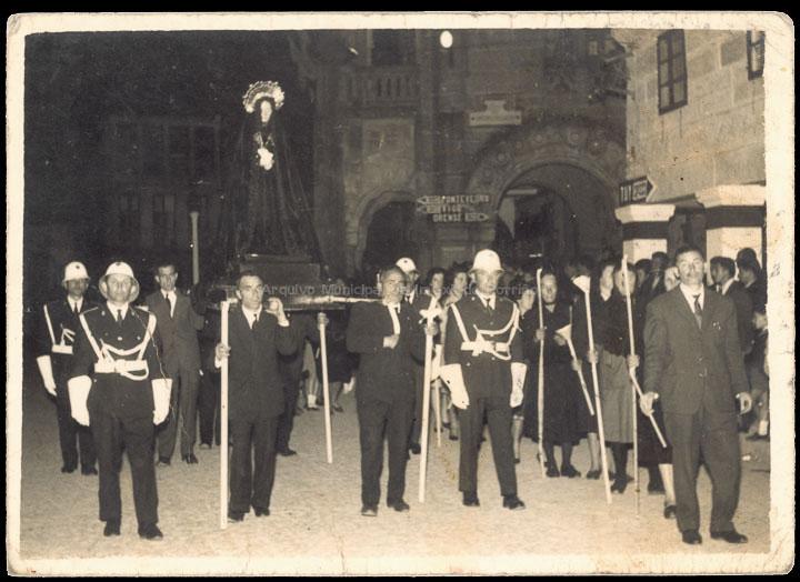 Procesión de Venres Santo. / Foto Ramiro [1950-1960] / PROCEDENCIA: Recollida Carracido. Album familiar de Montserrat González González