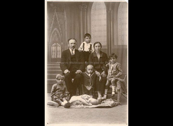 José Rguez. Areal e Adoración Rguez Represas posan cos seus fillos no estudio de Moreira. / José Moreira [1928 – 1940 (?)] / PROCEDENCIA: Arquivo Moreira