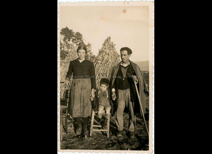 Hermindo González e Rosa Lorenzo co seu fillo Manuel. / Autor descoñecido [12-12-1947] / PROCEDENCIA: Recollida Mosende. Album familiar de Mª Isabel Corbacho