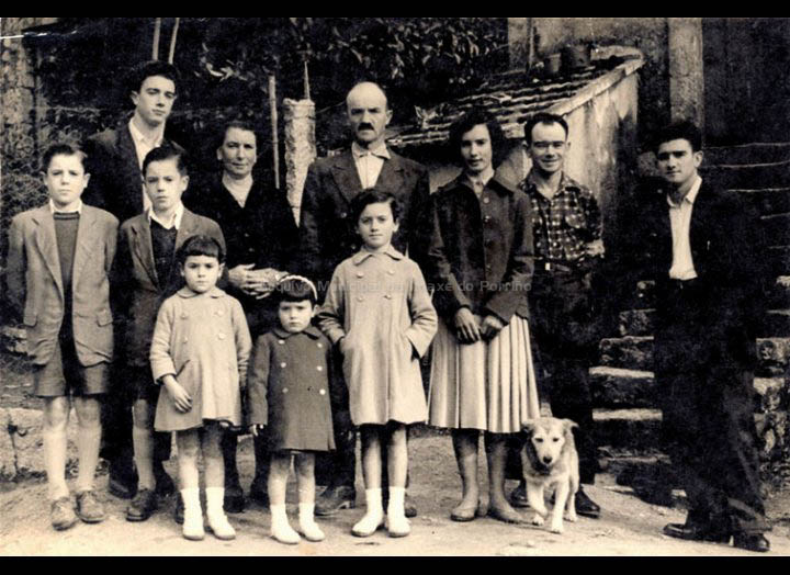 Familia Maceira Fernández. / Foto Magno [1953 – 1958 (?)] / PROCEDENCIA: Recollida Cans. Album familiar de Juan Maceira Fernández