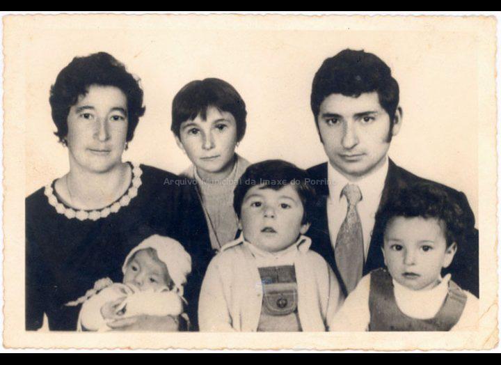 Retrato dunha familia numerosa de Mosende. / Foto Montalvo [Ca. 1974] / PROCEDENCIA: Recollida Mosende. Album familiar de Cándida Romero