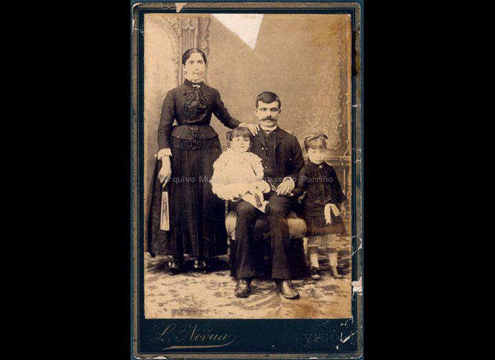 Pepa Giráldez e Manuel Castro coas súas fillas Natividad e Elena. / Foto Leopoldo Nóvua [1875-1895 (?)] / PROCEDENCIA: Recollida O Porriño. Album familiar de Jesús Fdez. Castro