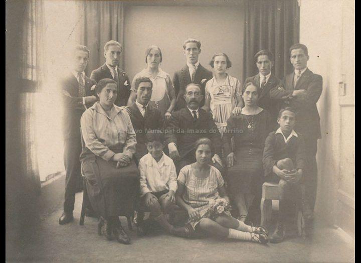 Marcelino Giráldez Pérez e os seus fillos no estudio de José Moreira. / José Moreira [1928 - 1940] / PROCEDENCIA: Recollida O Porriño. Album familiar de Mª José Giráldez Rodríguez