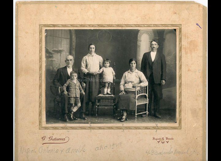 Familia González do Cerquido. / Foto Gonzalo Gutiérrez (Tui) [1929] / PROCEDENCIA: Recollida Budiño. Album familiar de Mª del Pilar Piñeiro González