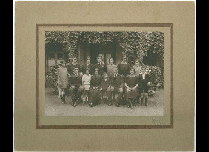 Familia Miranda nos xardíns do pazo de Ramiráns. / Foto Ksado (Vigo) [1925] / PROCEDENCIA: Recollida O Porriño. Album da familia Miranda (Manuel Lamas Estévez)
