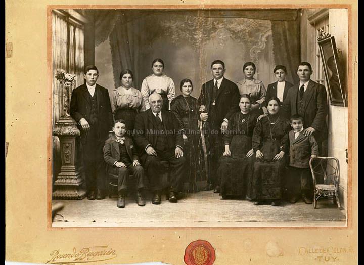 Familia Piñeiro de Mosende. / Rosendo Bugarín (Tui) [Primeiro cuarto S. XX ] / PROCEDENCIA: Recollida Mosende. Album familiar de María Piñeiro Alonso